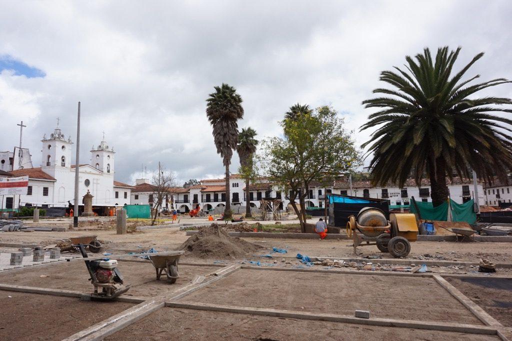工事中の中心地の広場