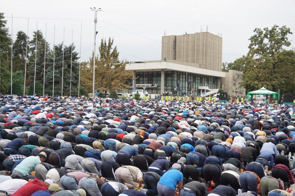 メッカの方角へ礼拝するムスリム