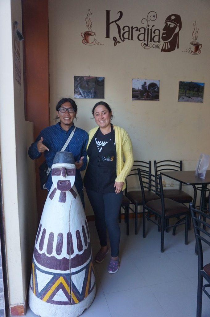 カフェのスタッフとカラヒアの石桶の置物と