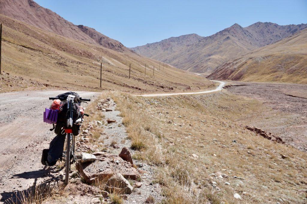 キルギスータジキスタン国境の緩衝地帯にて