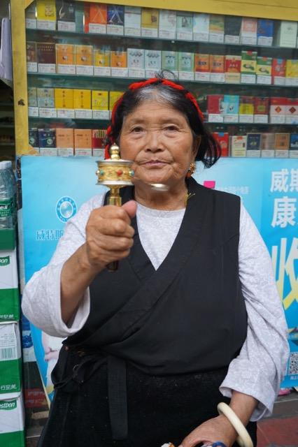 マニ車をまわすチベットのおばあちゃん