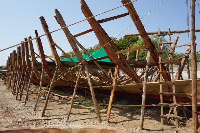 作りかけの木造船