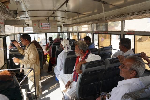 ナリヤからナラヤンサロヴァーのバス内