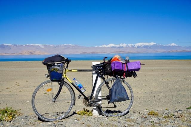 カラコル湖と自転車
