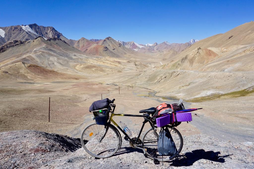 パミールハイウェイ最高地点標高4655mの峠にて