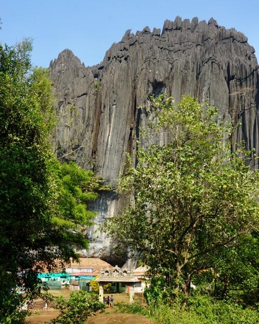 ヤナのヒンドゥー寺院、洞窟