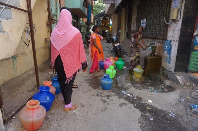 水を汲む地元の女性たち