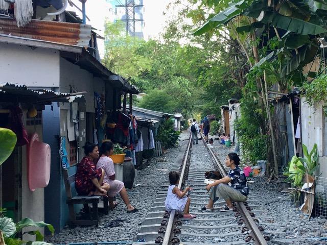 バンコクの線路沿い