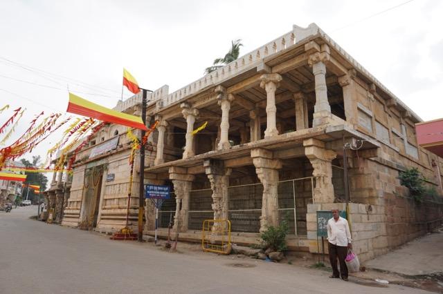 道中に見かけたヒンドゥー寺院?