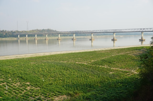 エーヤワディー川の対岸から