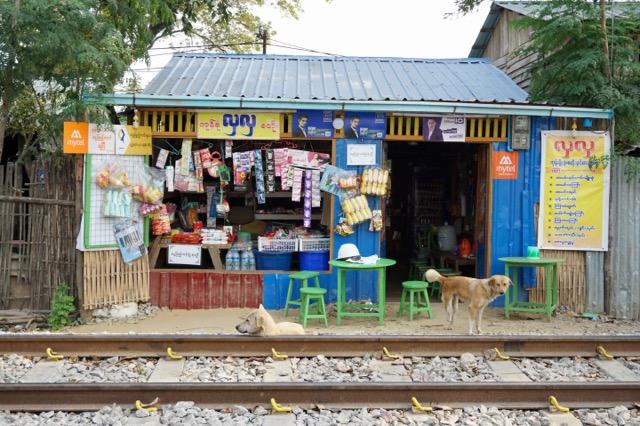 線路沿いのお店