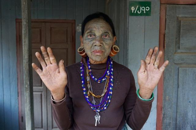 チン州ミンダの入れ墨を入れている女性