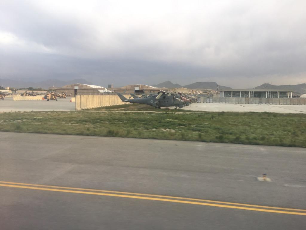 滑走路から見たアフガン軍の?ヘリコプター