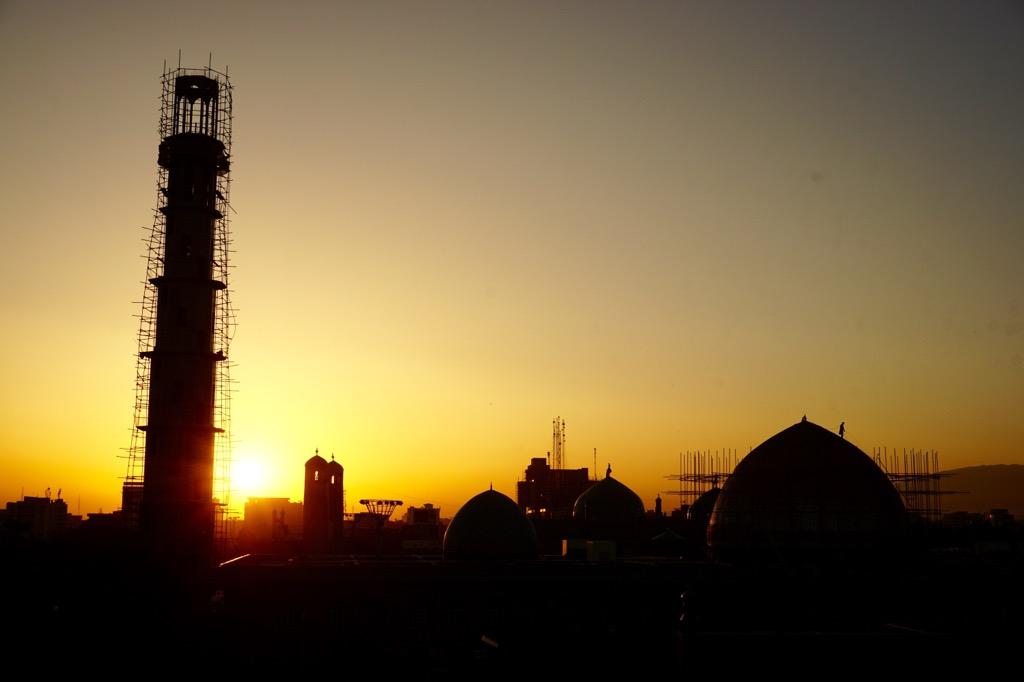 夕暮れ時のアリーのモスク(ハズラト・アリー廟)は幻想的
