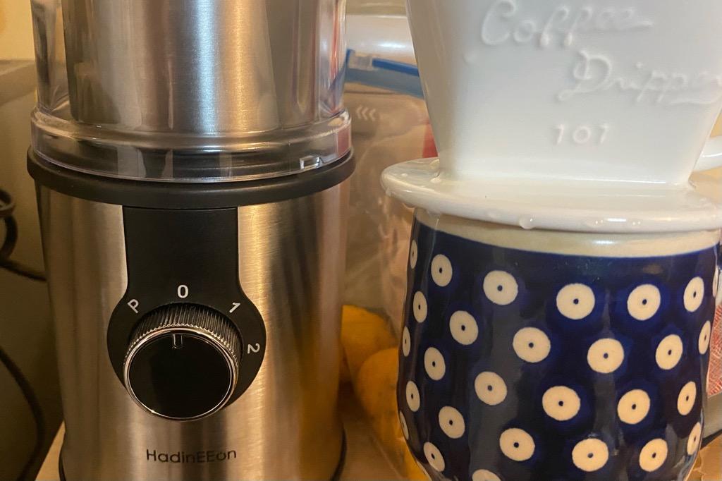 電動のコーヒーミルとお気に入りのマグカップ