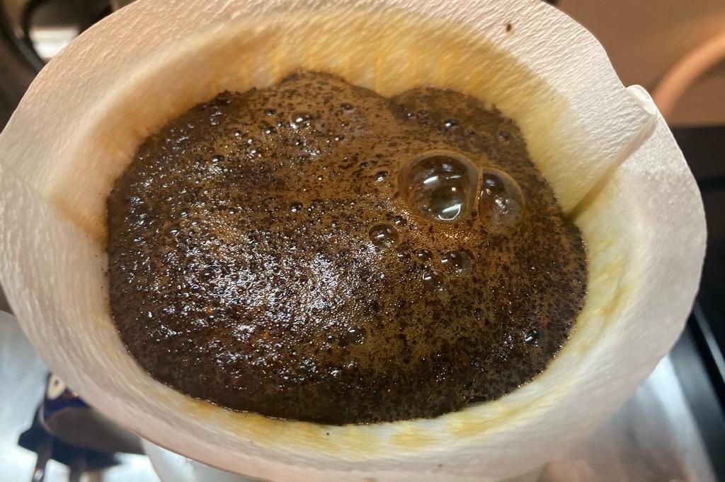 挽いたコーヒー豆をドリップ