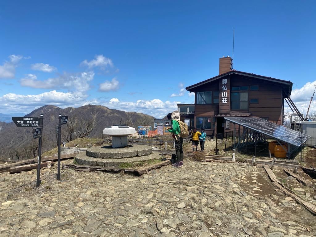 塔ノ岳頂上の山小屋「尊仏山荘」