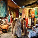 ペシャワールのバザールでブルカを着用した女性たち